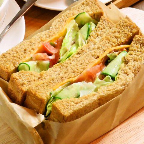 雑誌でも紹介されている某有名サンドイッチ店と同じパンを使用しています。サンドイッチの具によって、パンの種類を変えています。ツナサンドはセサミパン、アメリカンサンド、たまごサンドは黒パン、BLTサンドはライ麦パンです!美味しい野菜や卵、ツナと共にお愉しみ下さい♪