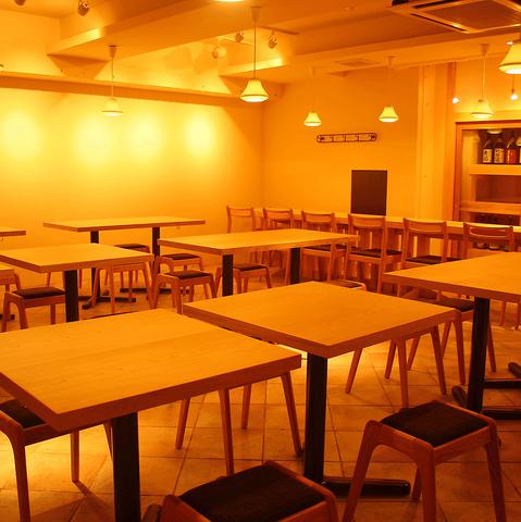 白木のテーブルが並ぶモダンな店内