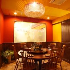 ゴージャスなシャンデリアやインテリアが飾られた雰囲気のある個室は6名様~8名様までの個室と6~10名様用個室を2部屋ご用意しております。
