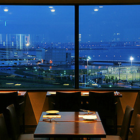 横浜の景色が一望できる眺めの良い席です
