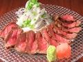 料理メニュー写真漢方和牛 もも肉の炙りたたき