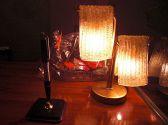 カウンターには一際輝きを魅せるモダン照明