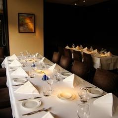 【18名様まで テーブル席】18名様までがご使用いただけるテーブル席をご用意致しました。開放的な広々とした空間で最高級のイタリアンとワインをご堪能ください。ランチタイムもございますので、気軽にお越しくださいませ。ご来店お待ちしております。