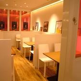 一つ一つ白い壁で区切られたテーブル席。落ち着ける店内でゆったりお過ごし下さい♪
