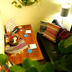 ペアシート。広めのテーブルでゆったり。