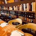 【お酒の数々】店内のカウンター席後ろに日本酒や焼酎などの瓶がズラッと並べております。銘柄酒やお店厳選酒をご用意しております。お好きなお酒や、お店のお勧めの一杯をご注文くださいませ。