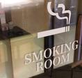 喫煙ルームをご用意。喫煙者の方もお連れ様に気を使うことなくタバコを楽しめます。※現在は密を避けるため、店舗外に喫煙所を設けております
