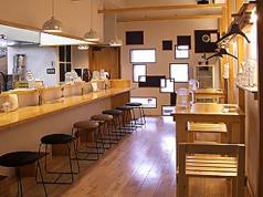 お洒落な空間でこだわりのラーメンをどうぞ◎カウンターとテーブル席がございますので、お一人様でもお友達、カップルでもご利用しやすいです♪
