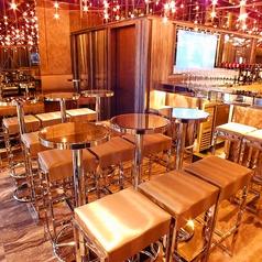 【テーブル席】ダーツフロアとバーラウンジの中間に位置するテーブル席。
