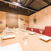 広々とくつろげる個室席!奥行のある見通しの良いお部屋でたくさんの方とお食事をお楽しみいただけます。大型の会社宴会などの際は是非当店へ!