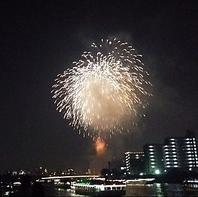 夜空に浮かぶ花火を船上から鑑賞できます
