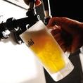 """当店の生ビールサーバーは、一般的な「瞬冷方式」ではなく、「空冷方式」を採用。常温の生ビールを瞬間的に冷やす「瞬冷方式」に比べ、生ビール自体を冷やす「空冷方式」は、""""滑らか""""で、""""雑味の少ない""""生ビールを提供できます!"""