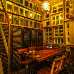 【2F】半個室風のテーブル席。窓の外を眺めながら美味しいお酒と料理を愉しんで♪[鹿児島/天文館/バル/飲み放題/宴会/イタリアン/肉/貸切/個室/サプライズ/誕生日/女子会/二次会/ピザ/カフェ夜カフェ]