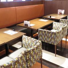 デーブル席でも椅子はソファーのようなふかふかのお席もご用意。お子様にもぴったり♪
