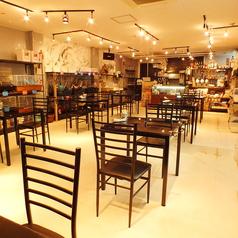 オシャレなテーブル席は、カフェタイムを楽しみなが可愛い小動物と戯れることができて大人気です!遠方から来店されるお客様も急上昇中です♪