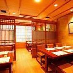 落ち着いた和の空間、お座敷テーブルでお食事をお楽しみ下さい。最大30名様ですが。お座席の調節によって30名様以上も対応可能でございます。