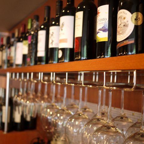◆早稲田のお洒落カフェ◆早稲田大学戸山キャンパスのスグそばにあるお洒落空間・・・。カウンター上に並ぶワインのボトルやシックなインテリアを眺めながらゆったりとお過ごしください。ついつい長居してしまう、居心地の良い空間です♪
