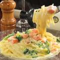 料理メニュー写真スモークサーモンと緑野菜のクリームソースパスタ