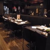 テーブル席やカウンターもあり、様々なシチュエーションで使えるお店です。本場博多でも人気の鉄鍋を囲んで少人数でも楽しめます。