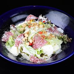料理メニュー写真イタリア産サラミとモッツアレラのシーザーサラダ