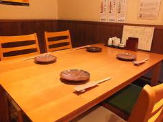 落ち着いた雰囲気のテーブル席♪