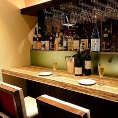 【カウンター席4席ご用意】目の前で調理風景が堪能できるカウンター当店自慢の天ぷらと創作料理を是非ともご賞味下さい。ドリンクの種類も豊富でお酒とも相性もバッチリ!お気に入りの組み合わせを探して下さい。お一人様でもお気軽にご利用下さい。