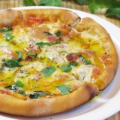 パンチェッタとバジルのピザ