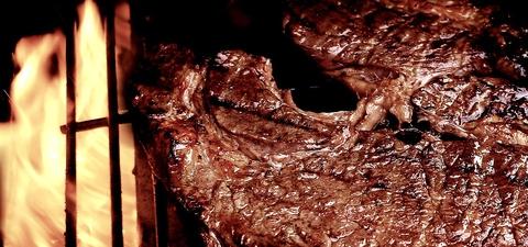 カウボーイがヒーハー♪薪の燻製香の甘い香りが鼻から抜ける4次元ステーキ!!