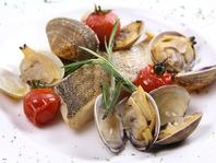 大人気の「本日、市場より直送のお魚料理」
