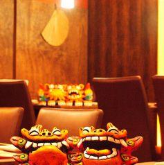 【会社宴会】シーサーがお出迎え!8/10/12/16~20名様のプライベート空間をご用意。人数に合わせたお席を多数ご用意しております。