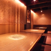 【16名様テーブル個室席】赤い壁がスタイリッシュ!!16名様から24名様までOKのテーブル個室席です。合コン、飲み会、女子会、誕生日会など様々なシーンに最適♪東梅田駅徒歩5分居酒屋 陽菜喰 (ひなた) 梅田東通り店をこの機会に是非★
