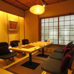 【1F:個室】入口からすぐの完全個室空間は6名様でご利用できます。