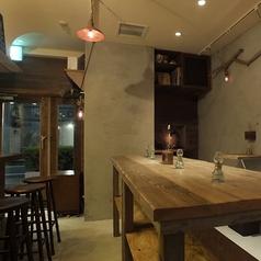 テーブル席は主にスタンディングスタイルで当店オススメのワインを片手にお使い頂けるようになっております。
