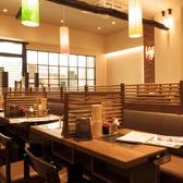 【テーブル席:2名×2】テーブルの真ん中には鉄板があるのでお料理を温かいままお召し上がりいただけます!自分で焼くのも楽しみの一つ♪この機会にぜひご利用ください。