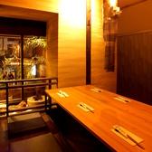 【2階】6人個室はミニ庭園も眺めることができる上品なお席。焼肉のにおいも気にならない造りとなっています。