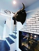 正面にある牛のオブジェ。シックな雰囲気のお店です◎