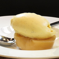 料理メニュー写真桃のコンポートと自家製バニラアイス