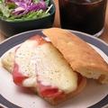 料理メニュー写真フォカッチャサンド ハム&チーズ