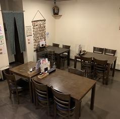テーブル席は、4名様×3卓、2名様×1卓をご案内できます。お気軽にお立ち寄りください♪