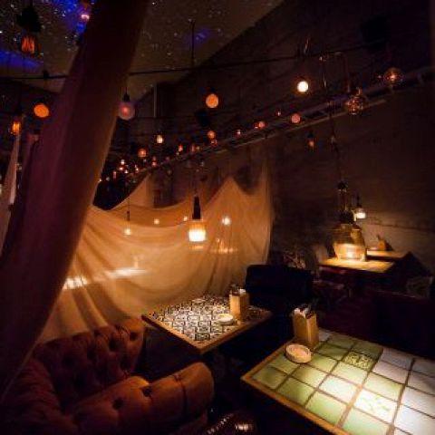 【デートなど二人きりのご利用にも】天井から吊るされたランタンの灯りと、天井いっぱいに映し出される星空をご覧いただきながら、二人だけの特別な時間をお過ごしください。