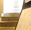 お洒落な大谷石の階段を上った先に入口がございます。