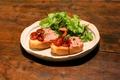 料理メニュー写真自家製ドライトマトと生ハムのブルスケッタ
