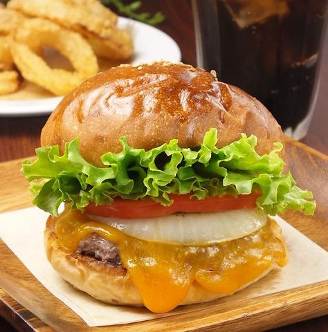 手ごねのパティと新鮮な国産野菜でつくる、こだわりのハンバーガー。
