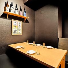 ◇◆1階 テーブル半個室気軽にふらっとお食事も◆◇ 名様用の個室を4部屋ご用意しております。仕切りを外せば、隣の部屋と繋げることができますので、ご利用人数に合わせてフレキシブルに対応いたします。仕切りをすべて外すと、最大20名様までご利用いただけます。幅広いシーンに活躍します