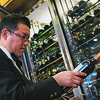 ソムリエ達が選んだワインは常時300本を揃えています…