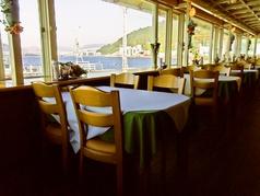【室内】40名座れる広いテーブル席の店内/瀬戸内海を眺めながらの食事が楽しめます。