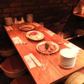 メインダイニングテーブル。6名1卓席でご用意しています。水の演出も間近で見られます♪