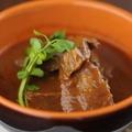 料理メニュー写真やわらか牛ホホ肉の赤ワイン煮込み(バケット付)