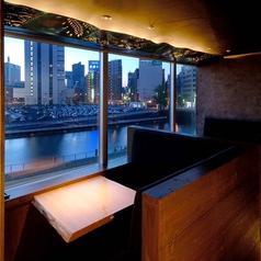 芋蔵の自慢ポイント◎綺麗な東京の夜景が見える特別なお席もご用意しております。個室でもご利用可能、宴会や二次会、パーティー等にもオススメ♪駅チカなので終電の心配なし。落ち着いた空間に綺麗な夜景!デートや記念日にも◎雰囲気抜群でデートはもちろん、接待や飲み会にもぴったりのお席です。