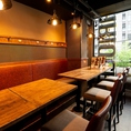 ニューヨークブルックリンをイメージしたテーブル席は2名様~OK☆スタイリッシュな空間で自慢のお肉料理とともにお好きなワインで舌鼓を・・・